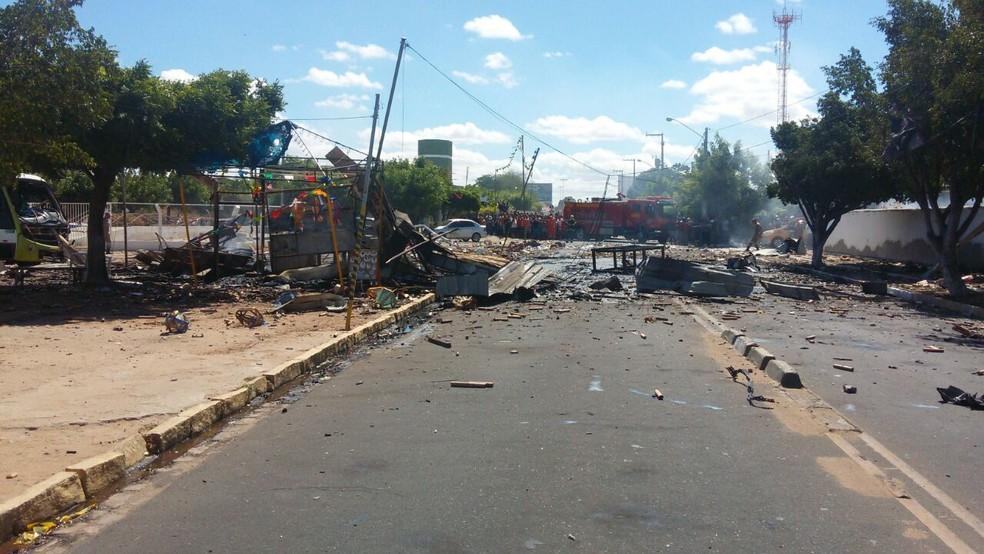 Barraca ficou completamente destruída e via interditada (Foto: Aracelly Romão / TV Grande Rio)