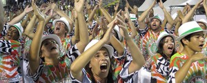 X-9 é a campeã do Grupo Especial do Carnaval de Santos 2015 (Orion Pires/G1)