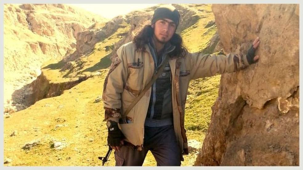 Essa é uma das poucas fotos que mostram o combatente armado (Foto: BBC)