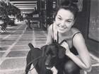 Isis Valverde encontra cachorro de rua e faz campanha para adoção
