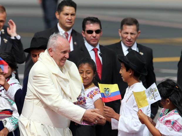 Papa Francisco recebe o carinho de crianças no Mariscal Sucre International Airport, em Quito, no Equador. (Foto: AP)