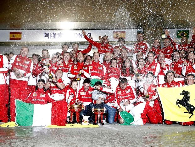 Equipe ferrari festeja vitória de Fernando Alonso no GP da China (Foto: Agência Reuters)