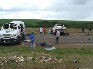 Quadrilha rouba dois carros-fortes na BR-153, entre Morrinhos e Goiatuba, em Goiás (Foto: Reprodução/TV Anhanguera)