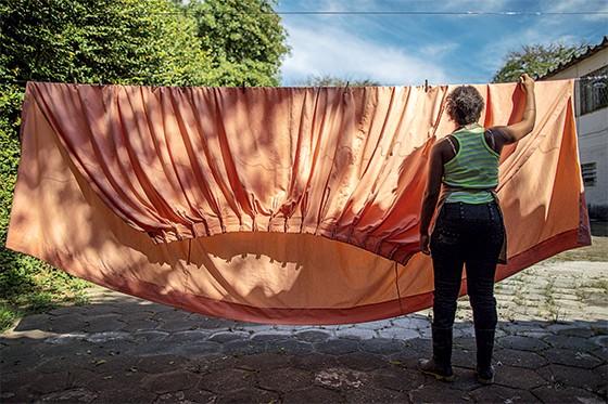 Interna de Casef, em Porto Alegre, estende uma cortina no varal  (Foto: Ricardo Jaeger/ÉPOCA)