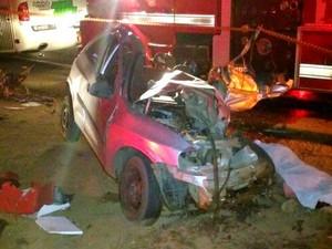 Carro de policial civil ficou destruído após acidente com ônibus (Foto: Reprodução/EPTV)
