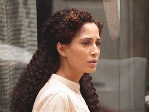 Isabel surpresa (Foto: Lado a Lado/TV Globo)