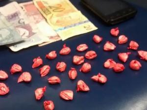 Sacolés de cocaína estavam com passageiros de ônibus (Foto: Divulgação/Polícia Militar)