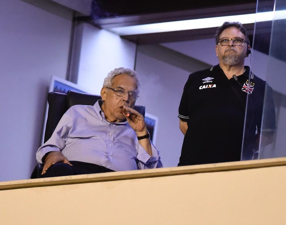 Eurico Miranda em sua sala, ao lado de Ricardo Vasconcellos: presidente foi alvo de protestos em São Januário (Foto: André Durão / GloboEsporte.com)