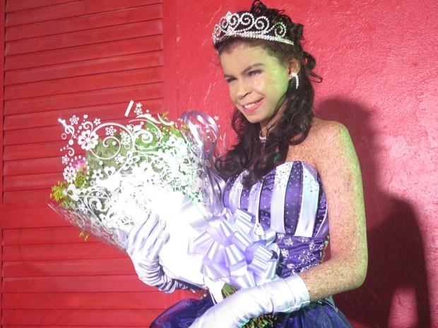 Nayara recebeu flores assim que chegou à festa (Foto: Orion Pires/G1)