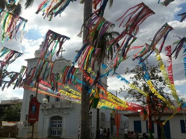 Entrada da Igreja Matriz de Montes Claros (Foto: Nicole Melhado / G1)