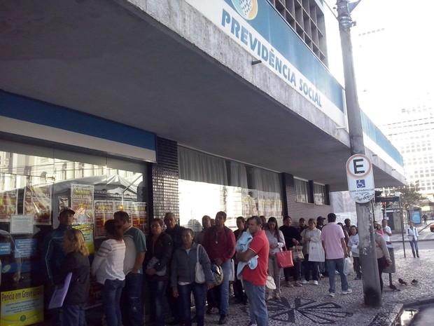 Segurados formaram fila na manhã desta segunda-feira (28) na agência do INSS, em Curitiba (Foto: Edi Carlos/RPC)