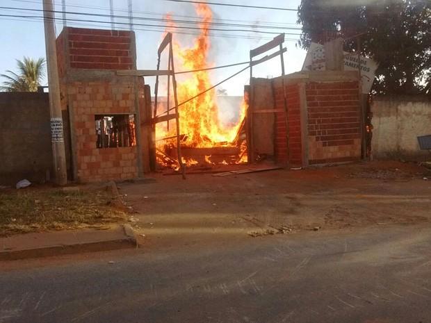 Pneus queimados para evitar derrubada em Vicente Pires (Foto: Seops/Divulgação)