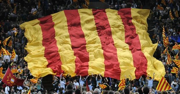 Bandeira catalã ggante é erguida em comício nesta sexta em Barcelona (Foto: Lluis Gene/AFP)