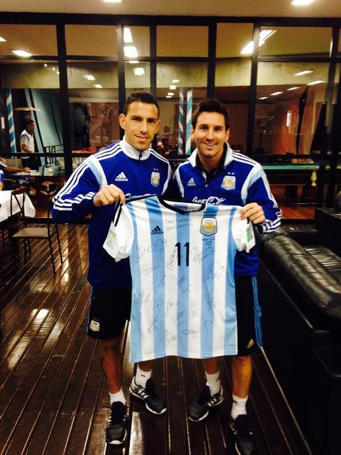 Maxi Rodríguez e Lionel Messi, camisa da Argentina Papa Francisco (Foto: Reprodução/Twitter)