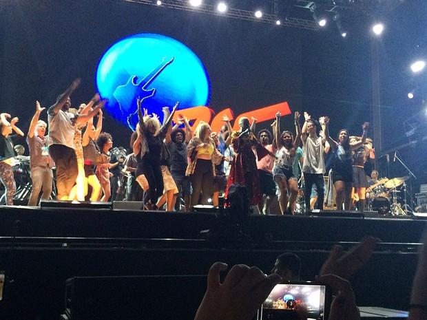 Mais de 20 pessoas entraram para dançar no palco com Angelique Kidjo (Foto: José Raphael Berrêdo / G1)
