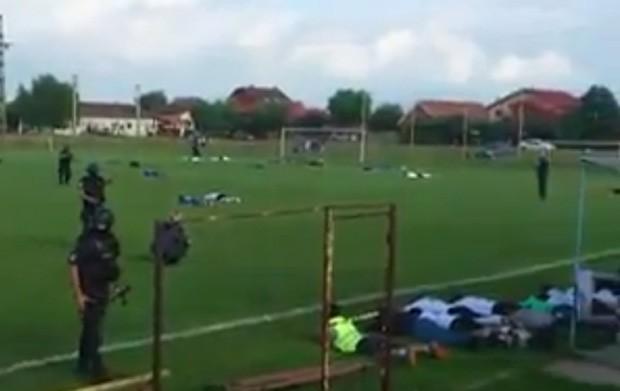 Policiais invadiram o campo no meio da partida para prender jogador procurado (Foto: Reprodução/YouTube/Andreea Deea)