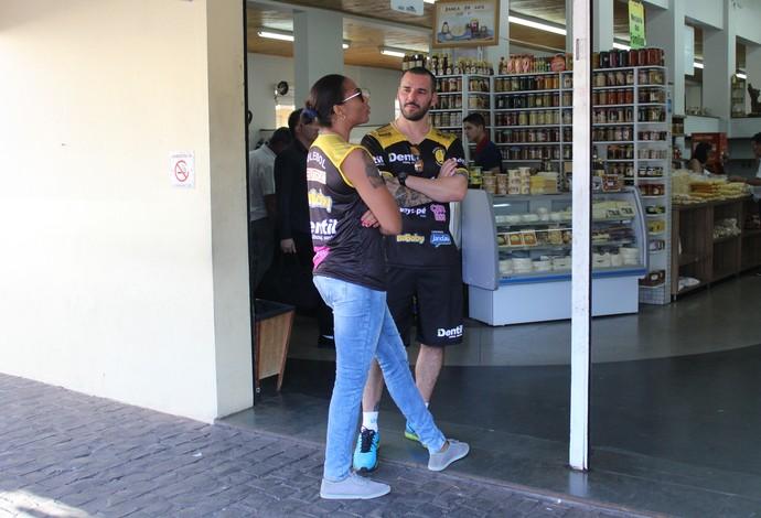 Daymi Ramirez Oposta Praia Clube Vôlei e Bruno Vilela, supervisor do Praia, no Mercado Municipal em Uberlândia (Foto: Lucas Papel)