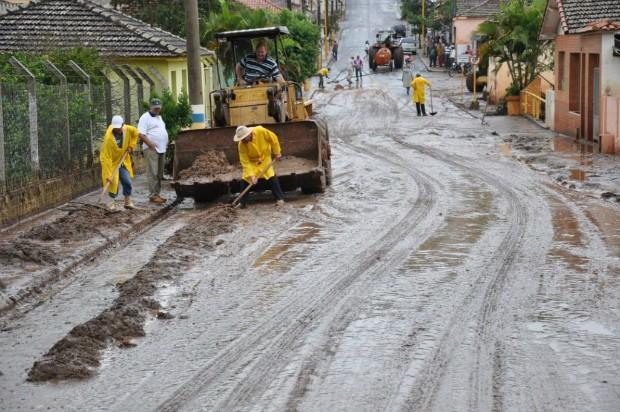 Equipes da prefeitura fazem limpeza das ruas após chuva. (Foto: Divulgação)