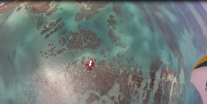 David Garcia em voo de parapente no litoral de Alagoas (Foto: Reprodução/Facebook)