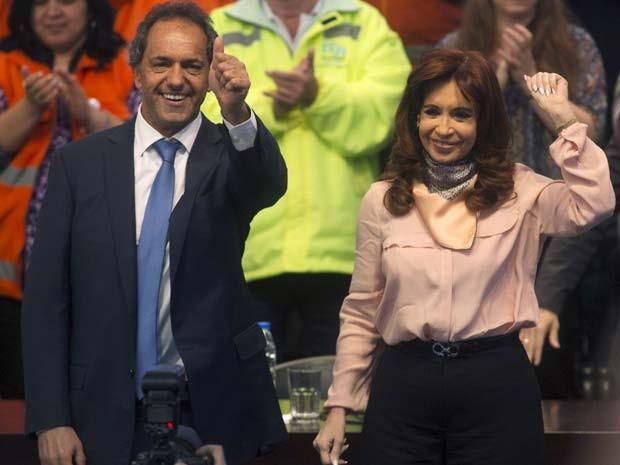 O candidato favorito nas eleições do próximo domingo (23), Daniel Scioli, tem o apoio da presidente Cristina Kirchner (Foto: REUTERS/Agustin Marcarian)