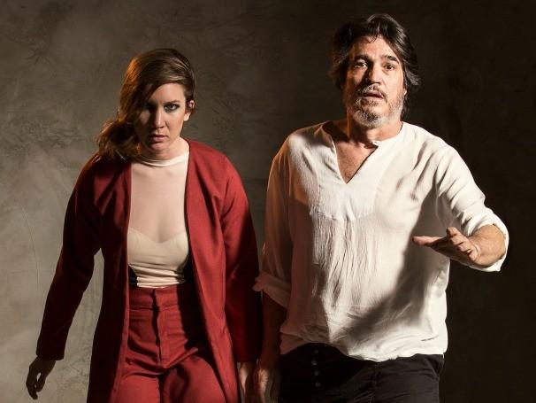 Marcelo Estradas recebe a notícia da morte de Verônica Lima e atravessa a peça procurando um sinal de vida da companheira (Foto: Divulgação/Miango Lovaty)