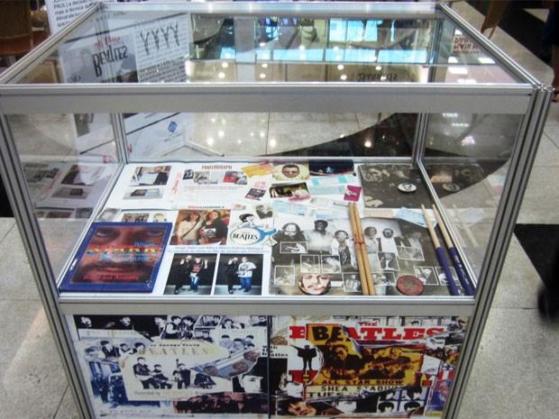 Objetos sobre o quarteto britânico são expostos (Foto: Shopping Poços de Caldas)