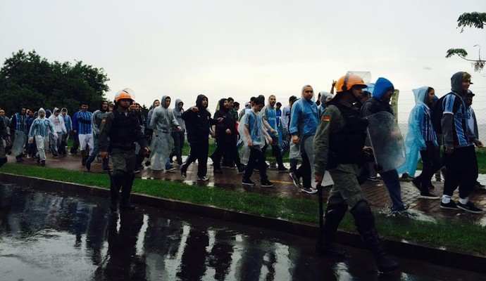 Imagem dos gremistas que foram ao local marcado e se deslocam pela Zona Sul (Foto: Tomás Hammes/GloboEsporte.com)
