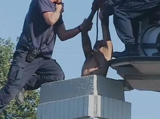 Homem foi resgatado após passar cerca de dez horas entalado na chaminé em Fresno. (Foto: Reprodução)