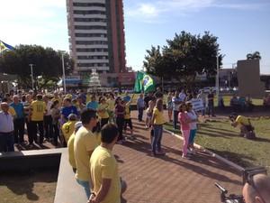 Ato em Umuarama, no noroeste do PR, reunia 200 pessoas na manhã deste domingo (16) (Foto: Camila Valderrama Simões/RPC)