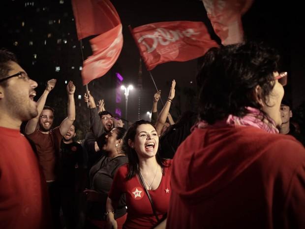 Eleitores de Dilma Rousseff fazem festa na Avenida Paulista, em São Paulo (Foto: Caio Kenji/G1)