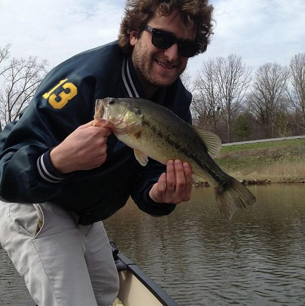 Daniel Mancina pesca, joga dardos e brinca com outras situações que normalmente cegos ignoram (Foto: Reprodução/Instagram)