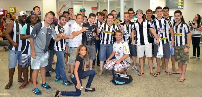 Torcida do Botafogo compareceu em massa ao aeroporto de Vitória para recepcionar o time (Foto: Sidney Magno Novo/GloboEsporte.com)