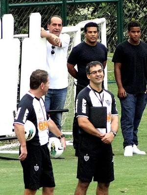 Alexandre Kalil com Assis, irmão de Ronaldinho, no treino do Atlético-MG (Foto: Fernando Martins / Globoesporte.com)