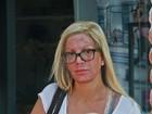 Tori Spelling chama a atenção ao deixar SPA com rosto todo vermelho