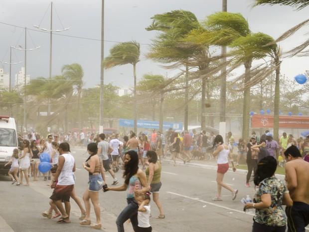 Moradores e banhistas correm e buscam abrigo durante ventania (Foto: Filipe Rosa / VC no G1)