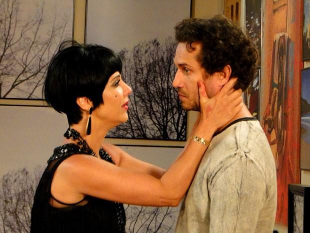 Manoela se humilha, mas Fábio dá um basta na relação (Foto: Guerra dos Sexos / TV Globo)