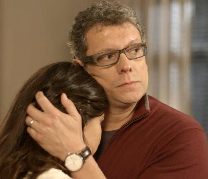 Lívia encontra Miguel e implora para ele não sair de casa (Foto: TV Globo)