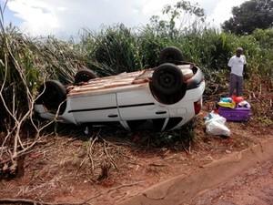 Um carro de passeio capotou na tarde desta terça-feira (4) após colisão com outro veículo, na BR-364, perto do Distrito de Santa Elvira, em Juscimeira, a 164 km de Cuiabá. Conforme a Polícia Rodoviária Federal (PRF), as pessoas que estavam no veículo não  (Foto: Assessoria/ PRF-MT)