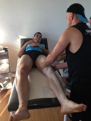 Rodolfo recebe massagem para curar dores musculares no Grêmio (Foto: Divulgação/Grêmio)