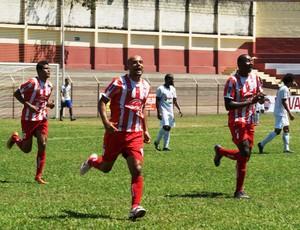 Sharley comemora o gol da vitória com os companheiros. (Foto: Renato Gonçalves / Assessoria Novo Esporte)