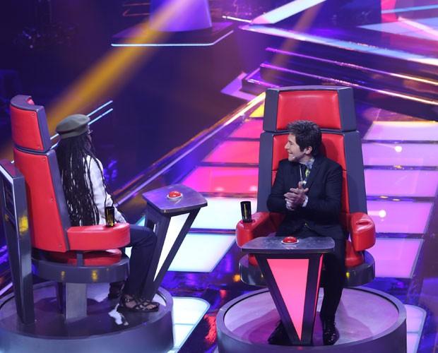 Carlinhos Brown é mais rápido e vira a cadeira para a dupla mineira (Foto: (Foto: Isabella Pinheiro/TV Globo)