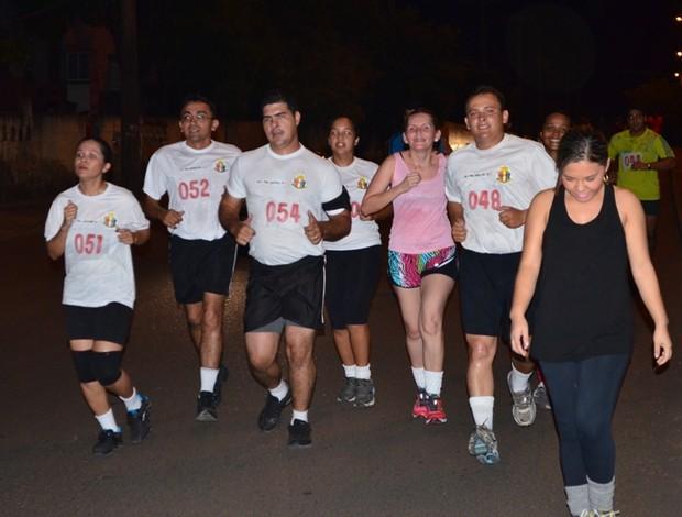 Além dos bombeiros militares, policiais e a população também fizeram o percurso (Foto: Rodrigo Litaiff/GLOBOESPORTE.COM)