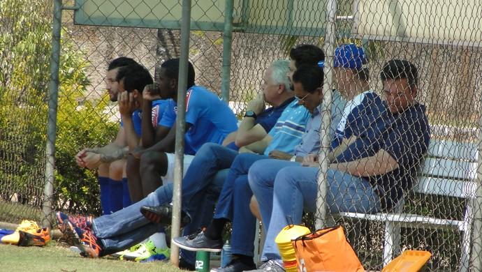 Mano Menezes e diretor Bruno Vicintin observam treino do Cruzeiro (Foto: Marco Antônio Astoni/GloboEsporte.com)