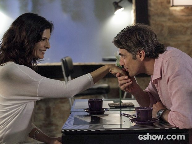 Cadu dá um beijo na mão de Verônica (Foto: Raphael Dias/TV Globo)