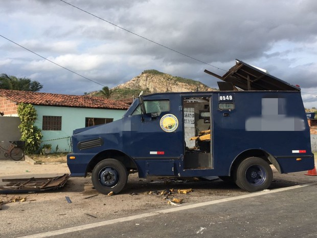 Carros-fortes foram explodidos por criminosos em Caldas Brandão (Foto: Antonio Junior/Divulgação)