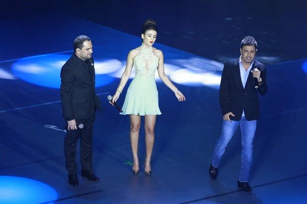 Zezé Di Camargo e Luciano com Paula Fernandes no palco do Criança Esperança (Foto: Isac Luz/EGO)