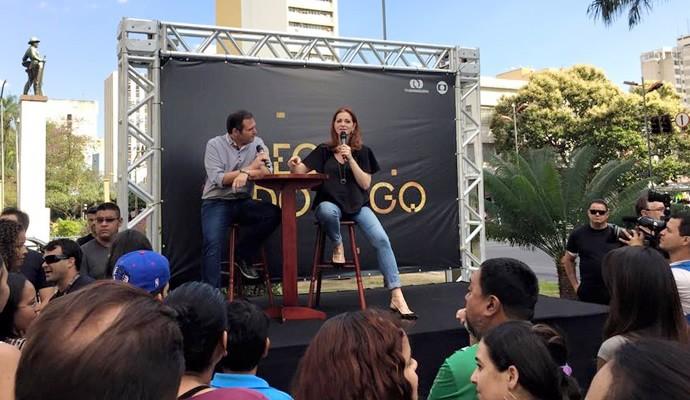 Alexandra Richter e Handerson Pancieri em um talk-show no Centro de Goiânia (Foto: TV Anhanguera)