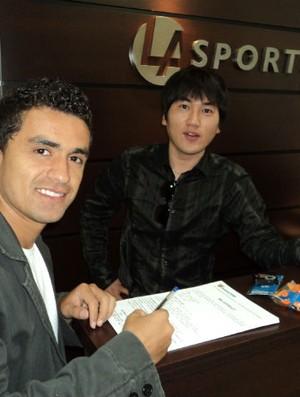 Dinélson assina contrato com o Daegu por um ano (Foto: Divulgação / LA Sports)