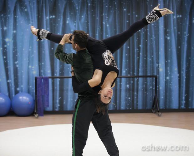 Flexível! Vanessa Gerbelli arrasa na abertura de pernas em ensaio (Foto: Pedro Curi/ TV Globo)