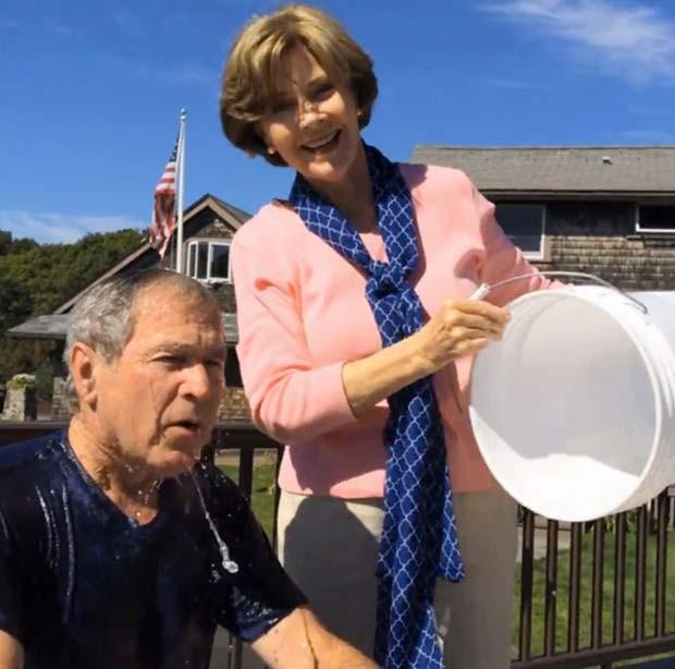 Em vídeo postado no Facebook, Laura Bush dá banho de água gelada em George W. Bush como parte de campanha contra um tipo de esclerose (Foto: AP Photo/Courtesy George W. Bush Presidential Center)